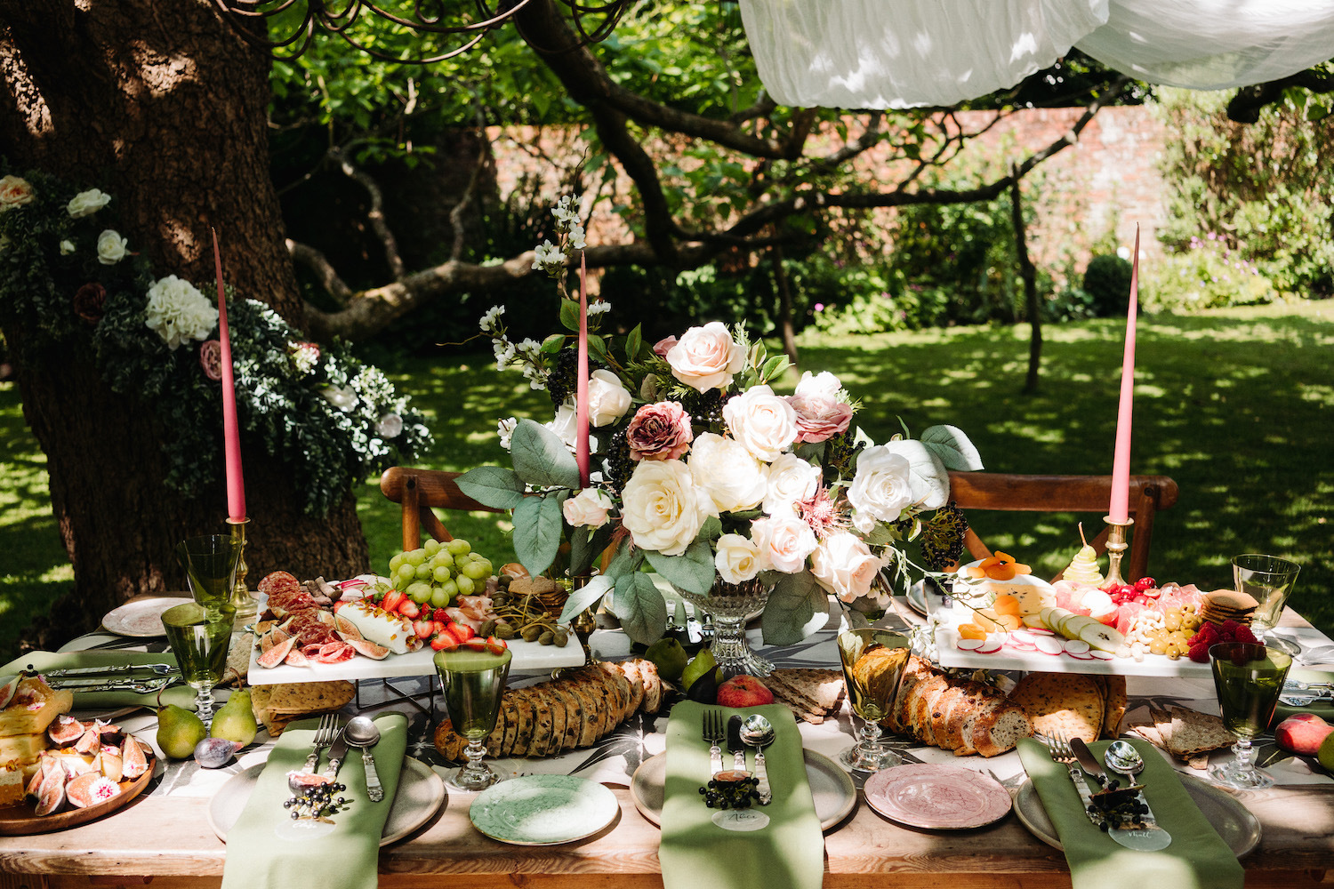 bride-and-groom-with-sharing-platters